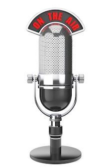 Silbernes vintage-mikrofon mit on the air-zeichen auf weißem hintergrund