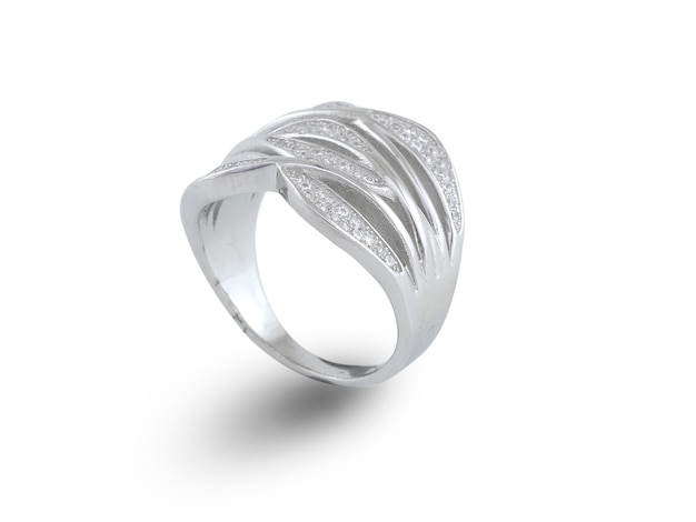 Silberring isoliert auf weiß
