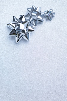 Silberverpackungsbögen auf einem silbernen hintergrund.