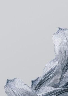 Silbriger lilienblätter grauer hintergrund