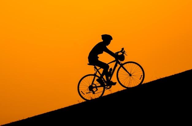 Silhoette eines radfahrers im sonnenuntergang