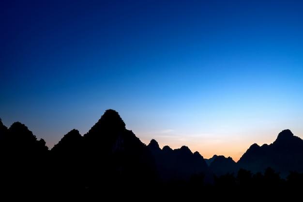 Silhouette berg- und himmelslandschaft
