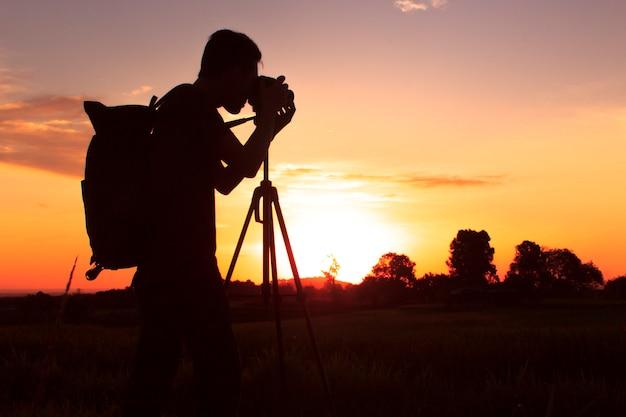 Silhouette der fotografie mit einer sonnenuntergangseinstellung