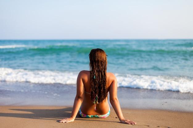 Silhouette der jungen frau am strand.