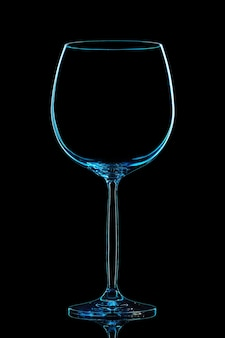 Silhouette des blauen weinglases mit beschneidungspfad auf schwarzem hintergrund.