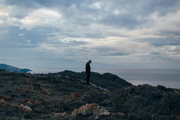Silhouette des einsamen und traurigen alten mannes