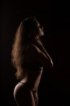 Silhouette des models mit perfektem körper in sexy dessous im studio