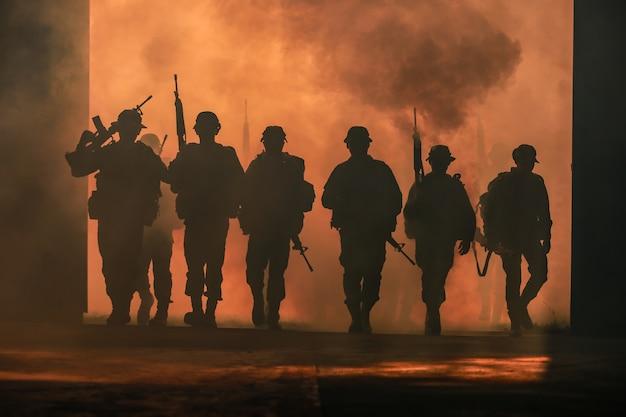 Silhouette des soldaten.
