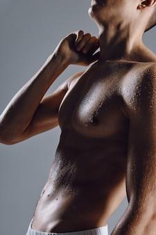 Silhouette des sportlichen mannes auf grauem hintergrund nackter torso bodybuilder