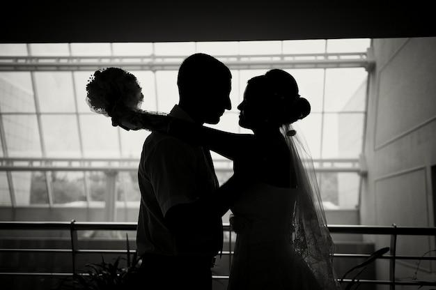Silhouette einer braut und eines bräutigams