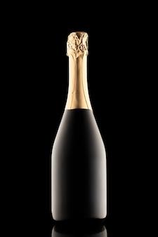 Silhouette einer geschlossenen flasche champagner ohne etikett auf schwarzem hintergrund isoliert