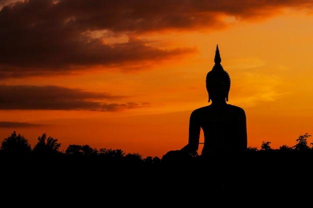 Silhouette einer großen goldenen buddha-statue am wat muang, ang thong provinz, thailand