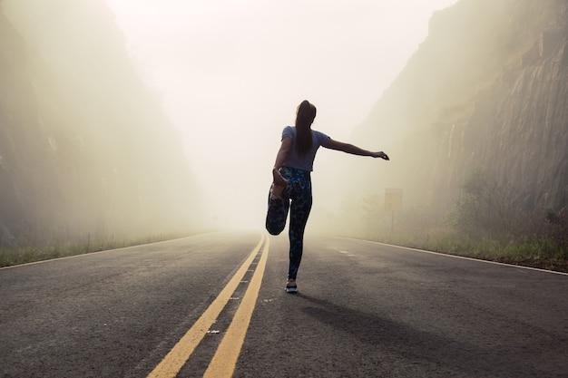 Silhouette eines jungen läufers, der sich ausdehnt.