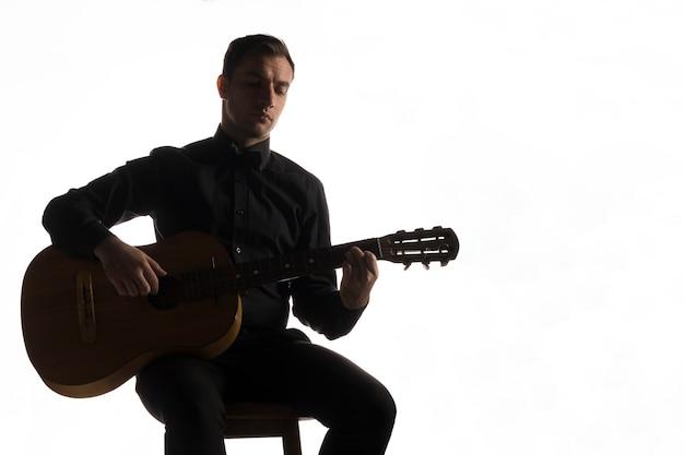 Silhouette eines künstlers, der gitarre spielt
