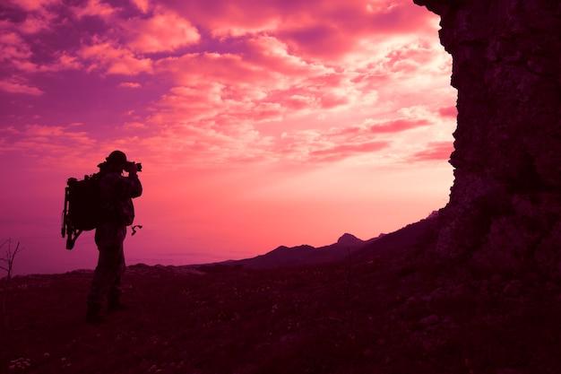 Silhouette eines männlichen reisenden mit einem rucksack