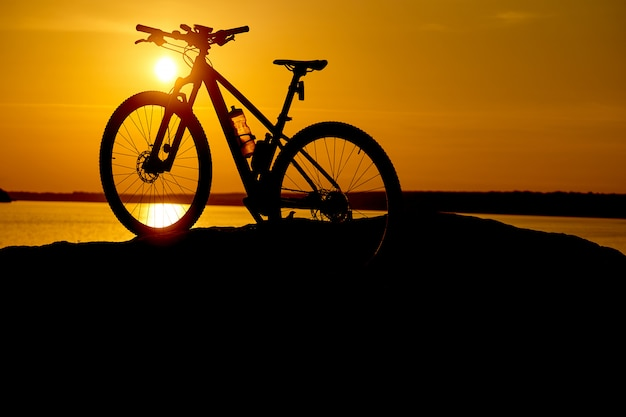 Silhouette fahrrad am sonnenaufgang