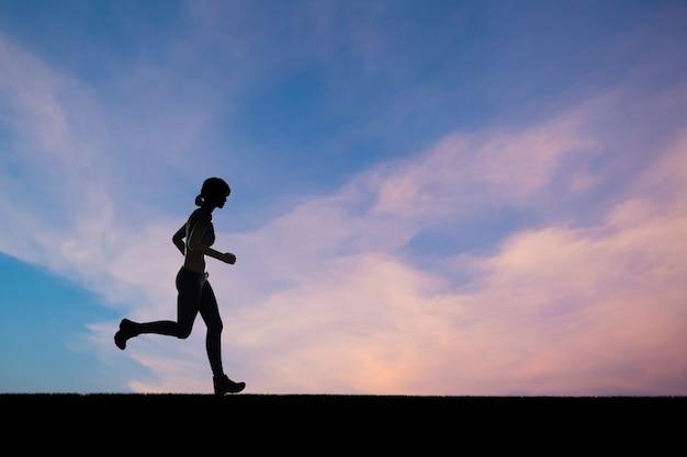 Silhouette frau läuft oder läuferin