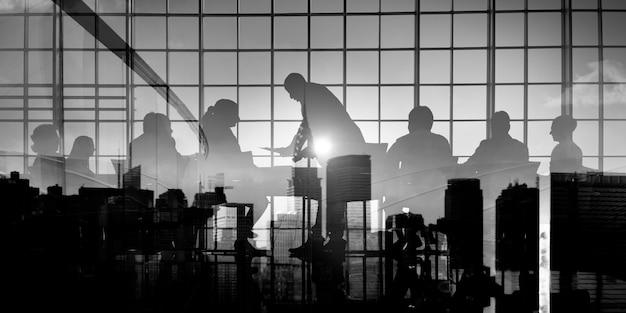Silhouette geschäftsleute diskussion treffen stadtbild teamkonzept