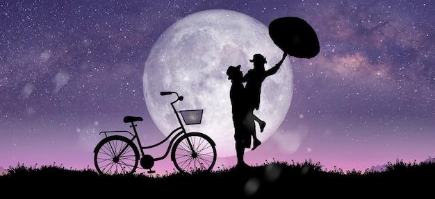 Silhouette in der nachtlandschaft von paaren oder liebhabern, die auf dem berg mit milchstraßenhintergrund über dem vollmond tanzen und singen.