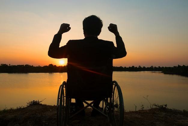 Silhouette junger behinderter mann, der fluss sieht
