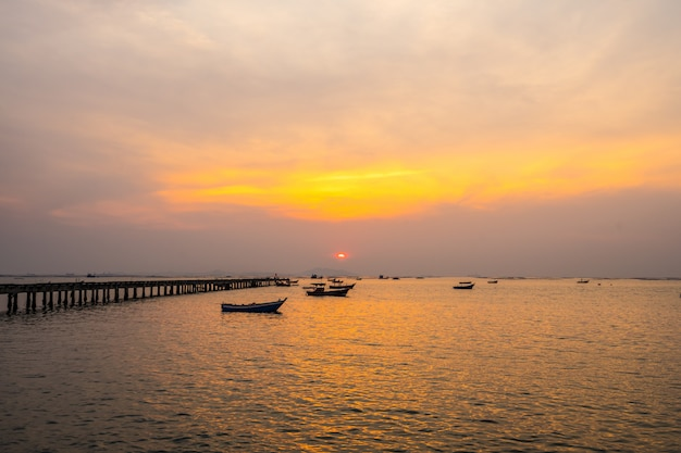 Silhouette kleines fischerboot im sonnenuntergang am bang phra beach