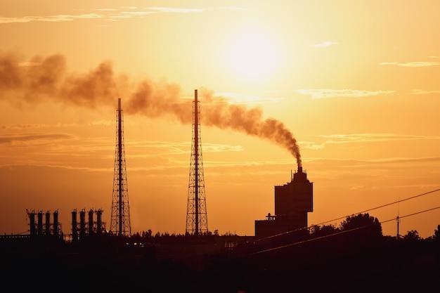 Silhouette kraftwerk mit kühltürmen gegen sonnenuntergang himmel sunset