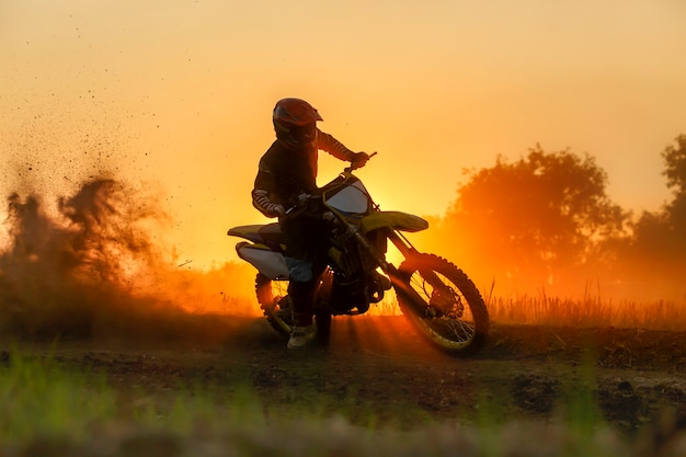 Silhouette motocross geschwindigkeit in der spur