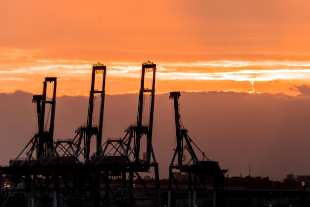 Silhouette port harbor industrietransportdock mit kran und versand für globales geschäfts- und handelskonzept. industriehafenhafen von yokohama.