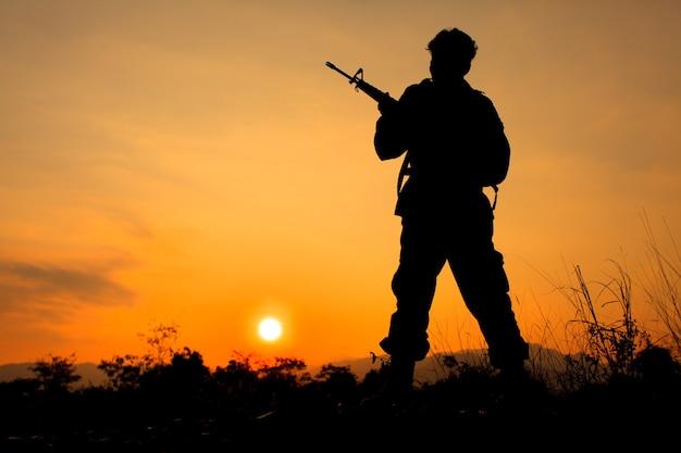 Silhouette schuss von soldat mit waffe