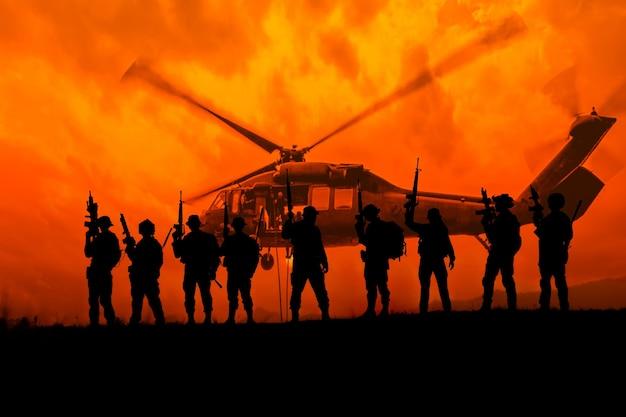 Silhouette soldaten halten waffenmilitär- und gefahrenkonzept danger
