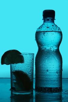 Silhouette von flasche und glas