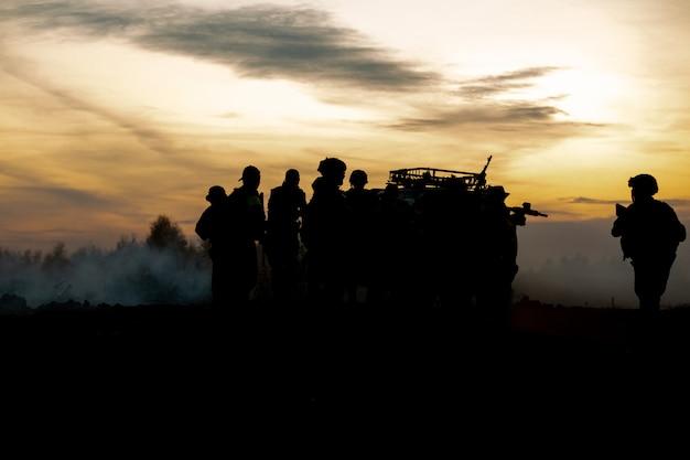 Silhouette von gehenden aktionssoldaten halten waffen