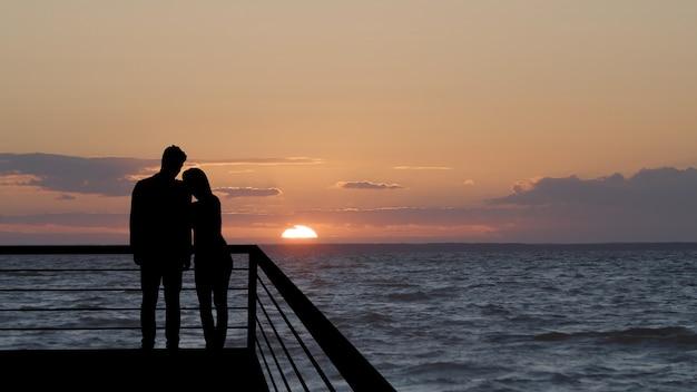 Silhouette von menschen auf einem panoramahintergrund