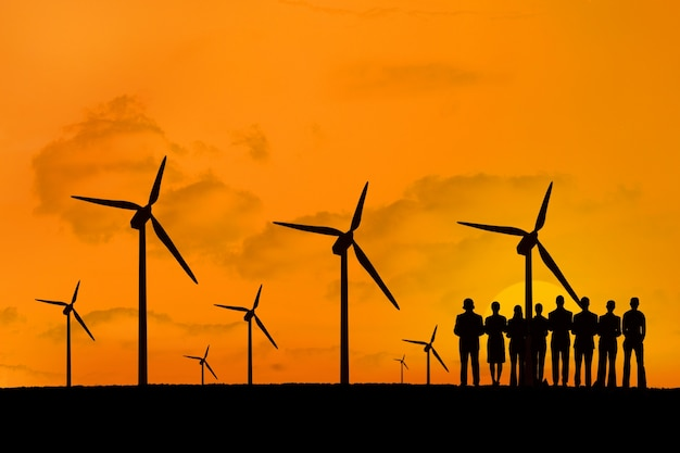 Silhouette von menschen, die erneuerbaren energien zu genießen