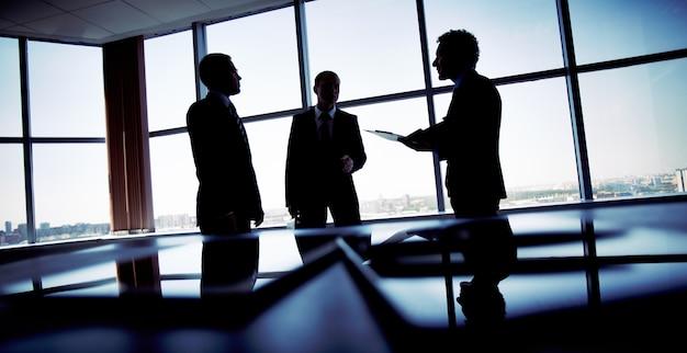 Silhouetten der arbeitnehmer eine strategie planen