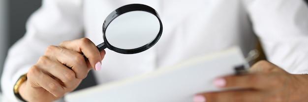 Silhouetten der frau, die lupe und dokumente hält. suche nach neuen lösungen und aufgaben für das geschäftskonzept