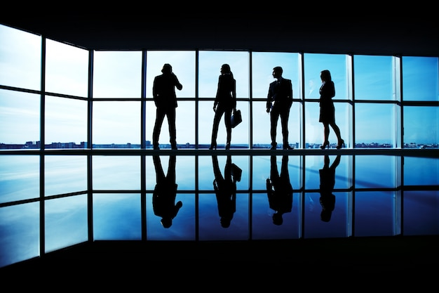 Silhouetten der führungskräfte am arbeitsplatz