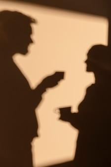 Silhouetten von mann und frau, die ein date zu hause haben