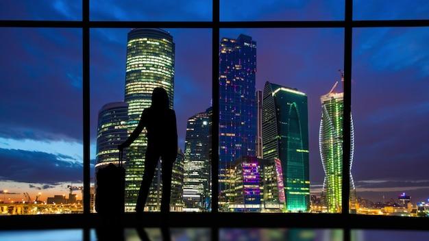 Silhouetten von menschen auf einem panoramahintergrund