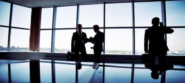 Silhouetten von mitarbeitern zusammenarbeiten