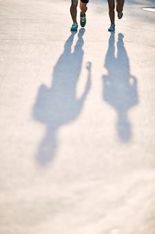 Silhouetten von sportlern in der straße