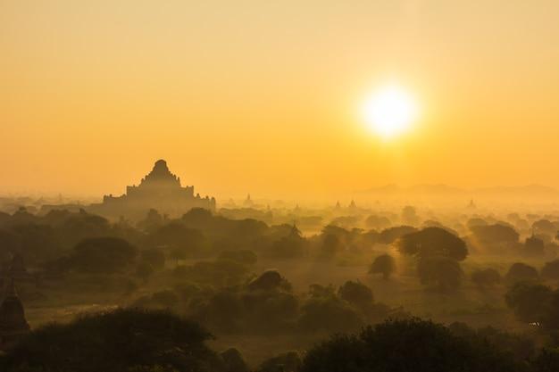 Silhouettieren sie pagode auf sonnenaufgangzeit am morgen und im ballon bei bagan, myanmar
