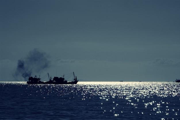 Sillhouette des bootes im meer