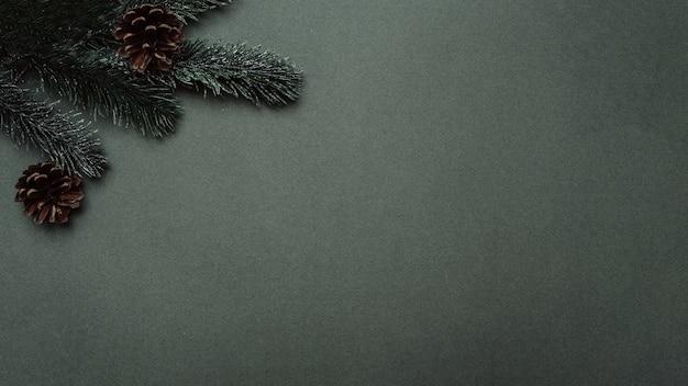 Silvester-flatley. weihnachtsbaum, kegel, kugeln, auf einem einfarbigen grünen hintergrund. leerer platz für ihre anzeige oder ihren text.