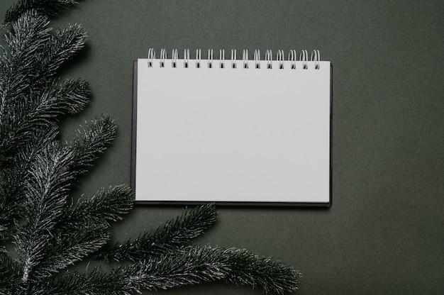 Silvester-flatley. weihnachtstannenzweige auf einem festen grünen hintergrund. leerer platz für ihre anzeige oder ihren text.