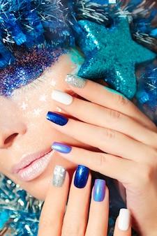 Silvester make-up und maniküre mit silbernen und blauen highlights