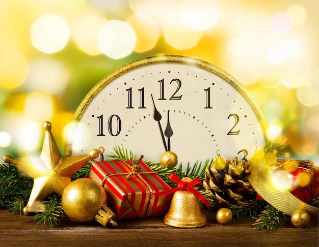 Silvester. retro-stil uhr mit weihnachtsschmuck und geschenken. letzte momente vor weihnachten oder neujahr