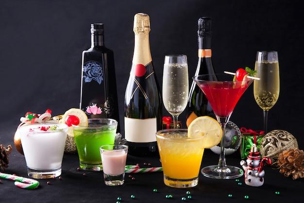 Silvesterparty-cocktail mit dekorationen