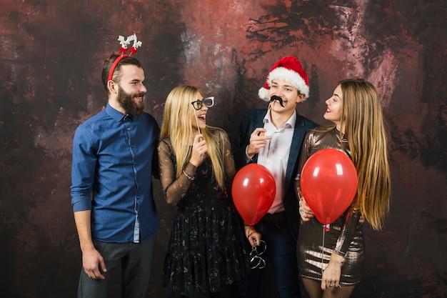 Silvesterpartykonzept mit gruppe von vier freunden