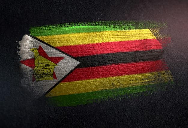 Simbabwe-flagge gemacht von der metallischen bürsten-farbe auf dunkler wand des schmutzes